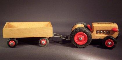 holz-traktor-mit-haenger-holz-gecevo-thueringen