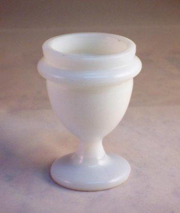 eierbecher-um-1850-milchglas