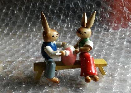 hasenpaar-auf-bank-mit-osterei