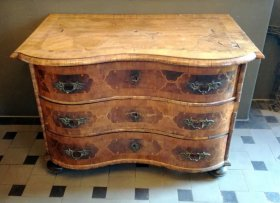 barock-kommode-um-1740-nussbaum